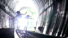 最終回、アキとユイはトンネルを越える