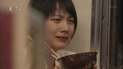 泣きながらユイの分までウニ丼を食べてしまうアキ