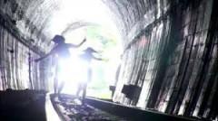 最後にアキとユイはトンネルを走って越える