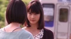 帰郷後アキはユイと袖ヶ浜駅で話す。